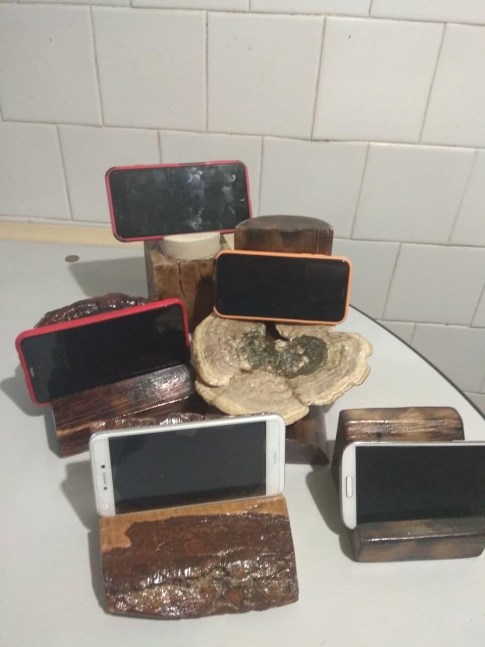 Підставки для телефонів з дерева